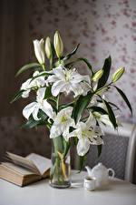 Hintergrundbilder Lilien Stillleben Weiß Knospe Bücher Tasse Blumen