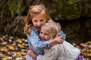 Bilder Kleine Mädchen Zwei Umarmung Lachen Fröhliches kind
