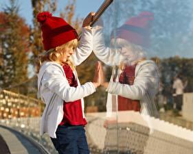Fotos Kleine Mädchen Mütze Spiegelung Spiegelbild Glas kind