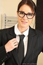 Hintergrundbilder Melisa Mendiny Braunhaarige Blick Brille Hand Krawatte Anzug Mädchens
