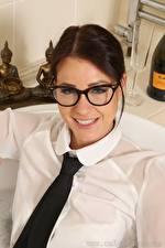 Bilder Melisa Mendiny Braunhaarige Krawatte Brille Starren Lächeln Mädchens