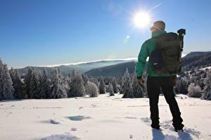 Papel de Parede Desktop Homem Invierno De volta Neve Mochila Sol Naturaleza