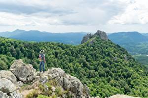 Papel de Parede Desktop Montanhas Florestas Penhasco Viajante Chapéu Mochila Naturaleza