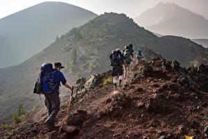 Papel de Parede Desktop Montanha Homem Viajante Turismo Andar De volta Mochila Chapéu Naturaleza