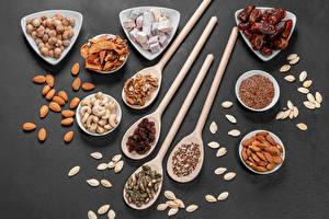 Bilder Schalenobst Rosinen Mandeln Walnuss Grauer Hintergrund Löffel Getreide Trockenobst Dörrobst das Essen