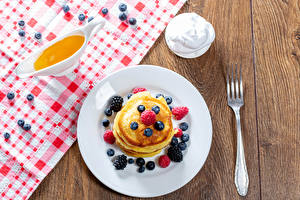 Hintergrundbilder Eierkuchen Honig Heidelbeeren Brombeeren Himbeeren Bretter Teller Gabel das Essen