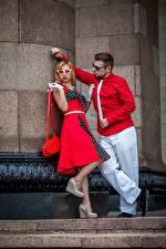 Fotos Retro Mann Handtasche 2 Blond Mädchen Brille Krawatte Posiert Mädchens
