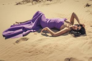 Bilder Sand Brünette Kleid Liegen Model Pose