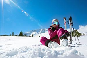Hintergrundbilder Skisport Winter Schnee Mütze Brille Lächeln Sitzend sportliches Mädchens