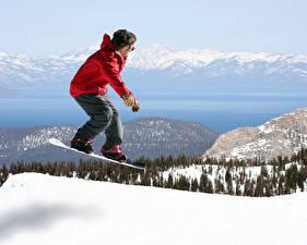 Bilder Snowboard Winter Berg Mann Schnee Jacke Sprung Sport