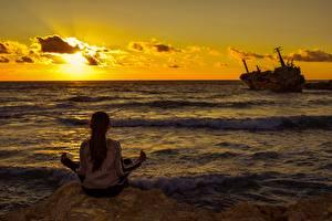 Bilder Sonnenaufgänge und Sonnenuntergänge Meer Schiff Sitzend Yoga Hinten Mädchens