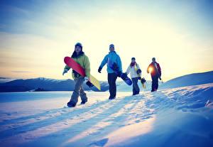Bilder Sonnenaufgänge und Sonnenuntergänge Snowboard Mann Schnee Sport Mädchens