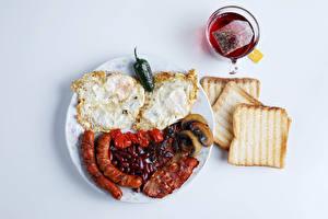 Fotos Tee Brot Gemüse Frankfurter Würstel Grauer Hintergrund Frühstück Tasse Spiegelei