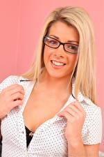 Bilder Tillie Model Blond Mädchen Starren Brille Lächeln Hand