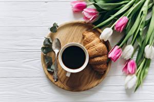 Bilder Tulpen Kaffee Croissant Tasse Löffel Lebensmittel