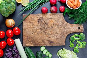 Bakgrundsbilder på skrivbordet Grönsaker Rädisa Tomat Gurkor Lök Dill Skärbräda Mat