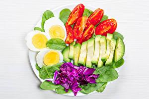 Bilder Gemüse Tomaten Avocado Weißer hintergrund Eier spinach das Essen