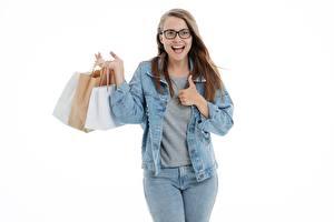 Fotos Weißer hintergrund Braunhaarige Brille Hand Jacke Tüte Glücklich Kaufte Jeans junge Frauen