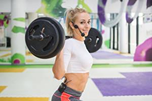 Tapety na pulpit Ćwiczenia fizyczne Blondynka Uśmiech Sztanga Mikrofonem Rozmazane tło sportowe
