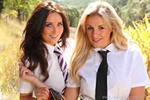 Fotos Zoe Alexandra Amy Green Braune Haare Blond Mädchen Zwei Starren Krawatte junge frau