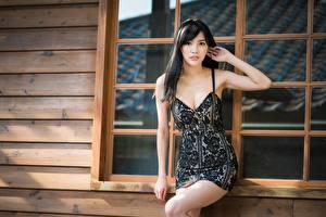 Bilder Asiatisches Posiert Hand Kleid Dekolleté Brünette Blick Mädchens