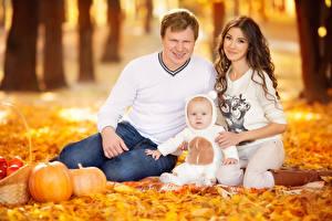 Fotos Herbst Mutter Mann Bokeh Sitzend Drei 3 Säugling Braunhaarige Blick Familie kind Mädchens