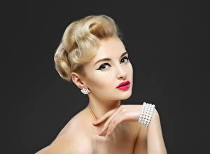 Fotos Armreif Schminke Model Starren Blond Mädchen junge frau