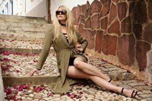 Bilder Sitzend Brille Bein Schön Blondine Haar Treppe Carla Monaco Mädchens