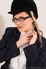 Tapety na pulpit Charlie Rose Kask Spojrzenie Okulary Ręce Dziewczyny