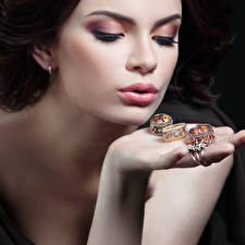 Fotos Großansicht Gesicht Make Up Hand Schmuck Ring Gold Farbe Mädchens
