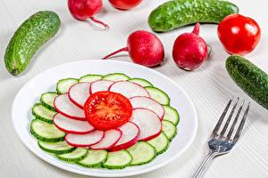 Bureaubladachtergronden Komkommers Radijs Tomaten Borden Gesneden voedsel spijs