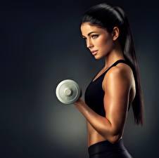 Bilder Fitness Hand Hantel Schön Brünette Blick Model Mädchens