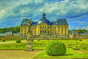 Hintergrundbilder Frankreich Burg Landschaftsbau Skulpturen Rasen Strauch Chateau de Vaux