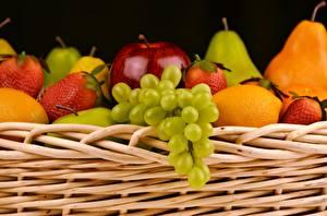 Fotos Obst Weintraube Erdbeeren Weidenkorb
