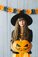 Fotos Halloween Kürbisse Hexe Kleine Mädchen Der Hut Haar Starren Kinder