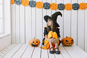 Hintergrundbilder Halloween Kürbisse Hexe Kleine Mädchen Sitzend Uniform Der Hut Kinder