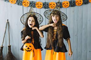 Hintergrundbilder Halloween Kürbisse Hexe Kleine Mädchen 2 Uniform Der Hut Hand Zunge Kinder
