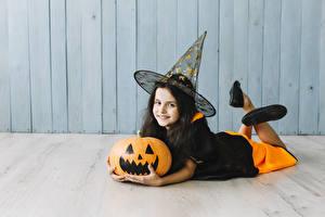 Bilder Halloween Kürbisse Hexe Kleine Mädchen Uniform Lächeln Blick Der Hut Liegen Kinder