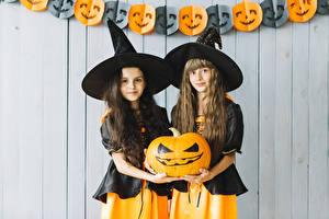 Bilder Halloween Kürbisse Hexe Zwei Der Hut Blick Hand Kleine Mädchen Kinder