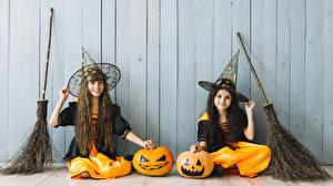 Hintergrundbilder Halloween Kürbisse Hexe Wände Kleine Mädchen 2 Sitzen Uniform Der Hut kind