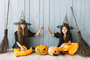 Fotos Halloween Kürbisse Hexe Mauer Kleine Mädchen Zwei Der Hut Lächeln Hand Kinder