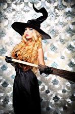 Fotos Halloween Hexe Blond Mädchen Der Hut junge Frauen