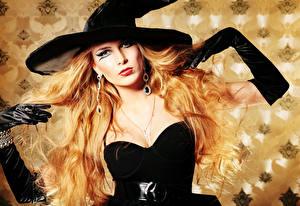 Fotos Halloween Hexe Blond Mädchen Der Hut Ohrring Handschuh Make Up Blick Mädchens