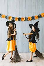Bilder Halloween Hexe Kleine Mädchen Zwei Uniform Der Hut kind