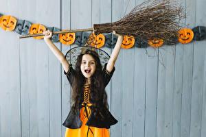 Hintergrundbilder Halloween Hexe Kleine Mädchen Uniform Freude Hand Kinder
