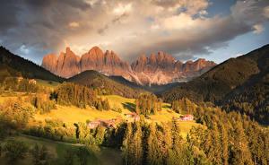Hintergrundbilder Italien Gebirge Herbst Wald Gebäude Grünland Landschaftsfotografie Alpen Funes Valley