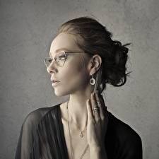 Fotos Schmuck Graue Brille Hand Ring Ohrring Frisur Mädchens
