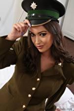 Bilder Lauren Louise Uniform Der Hut Braunhaarige Starren Hand Mädchens