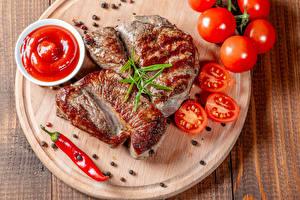 Fotos Fleischwaren Tomate Schwarzer Pfeffer Chili Pfeffer Schneidebrett Ketchup das Essen