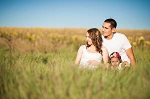Hintergrundbilder Mann Mutter Gras Unscharfer Hintergrund Kleine Mädchen Sitzt Drei 3 Familie Kinder